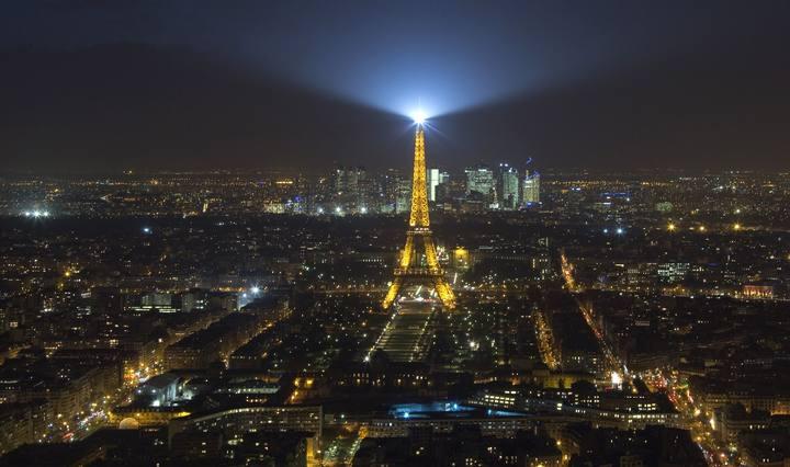 Vista aérea de la Torre Eiffell iluminada en París