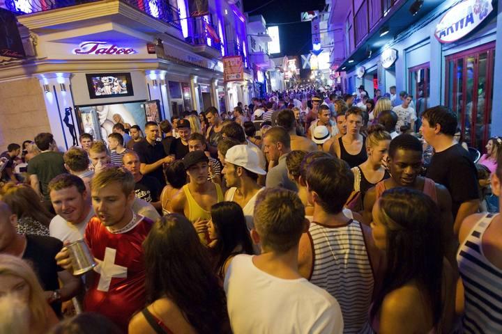Vista nocturna de una calle de Ibiza