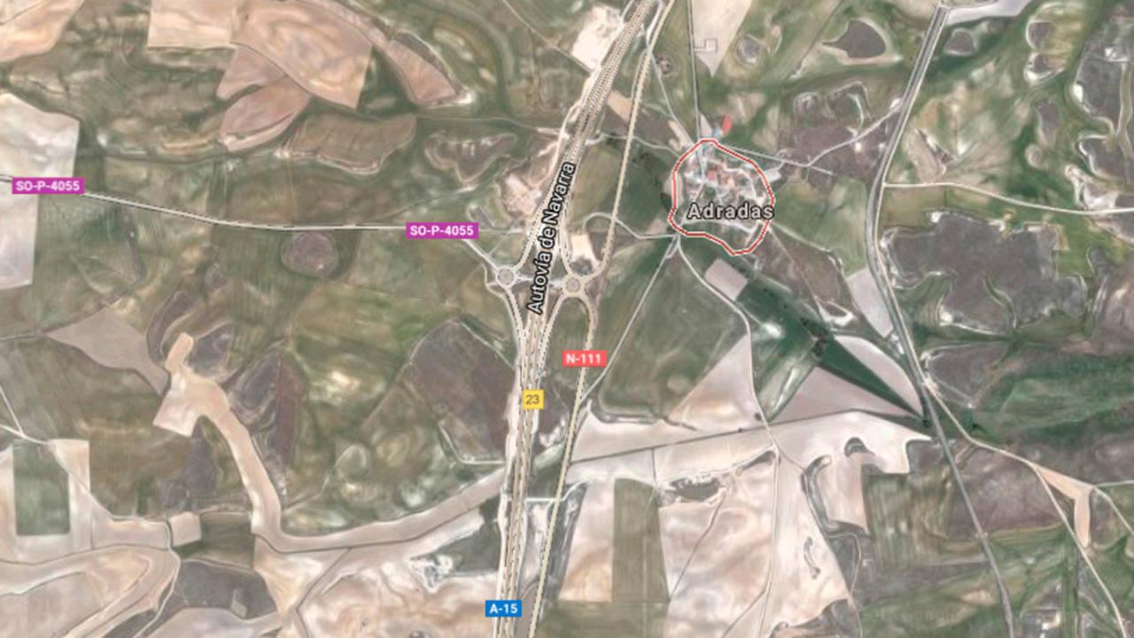 Vista de la zona donde han colisionado un autobús y un cambión, en Adradas, en Soria