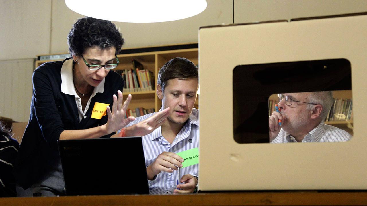 Voluntarios preparando la consulta del 9N en un colegio de Barcelona en una foto de archivo
