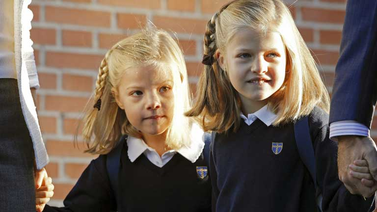 Las infantas Leonor y Sofía vuelven al cole acompañadas de sus padres
