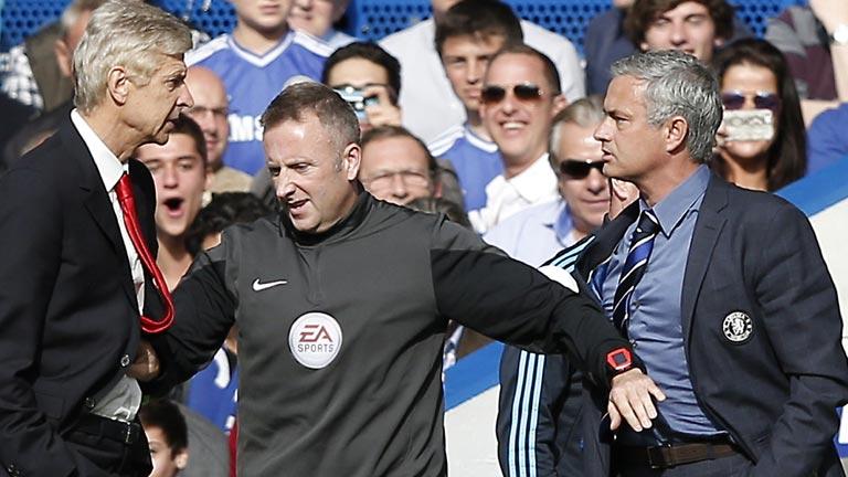 Wenger le propina a Mourinho el 'empujón del año'