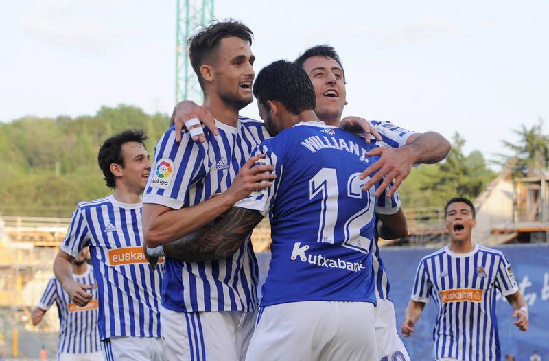 Willian José celebra su gol anotado ante el Atlético con sus compañeros.