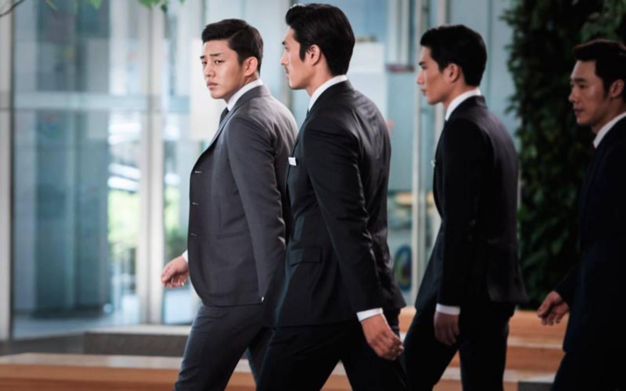 Yoo Ah-in interpreta al millonario, siempre acompañado de sus lacayos