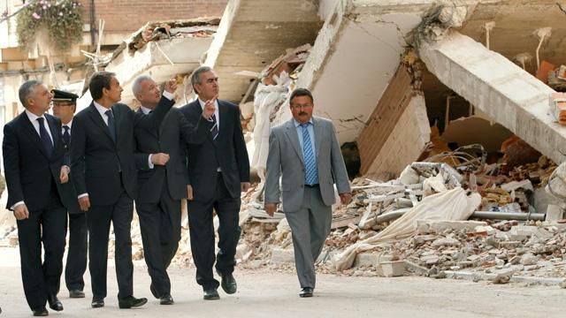 Zapatero visita un barrio en ruinas de Lorca tras el terremoto