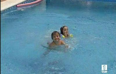 Alerta un descuido en la vigilancia de un ni o cerca de for Descuidos en la piscina