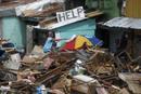 Ir a Fotogaleria Filipinas comienza a enterrar en fosas comunes a las víctimas del tifón