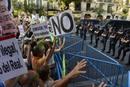 Ir a Fotogaleria Un millar de personas pide la marcha de Rajoy ante la sede del PP