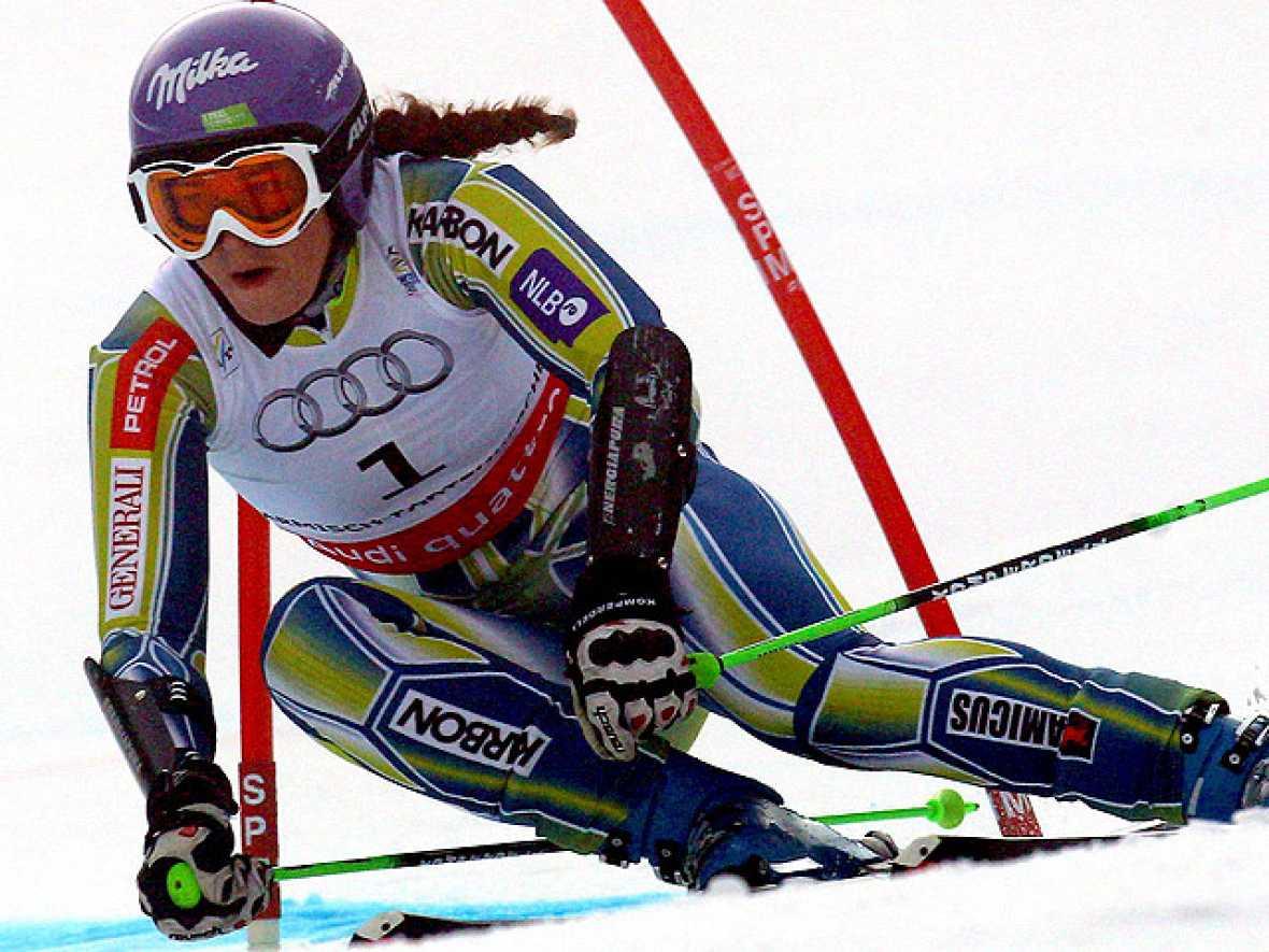 La esquiadora eslovena Tina Maze se ha impuesto en el eslalon gigante del Mundial de esquí alpino con un tiempo de 2:20.54.