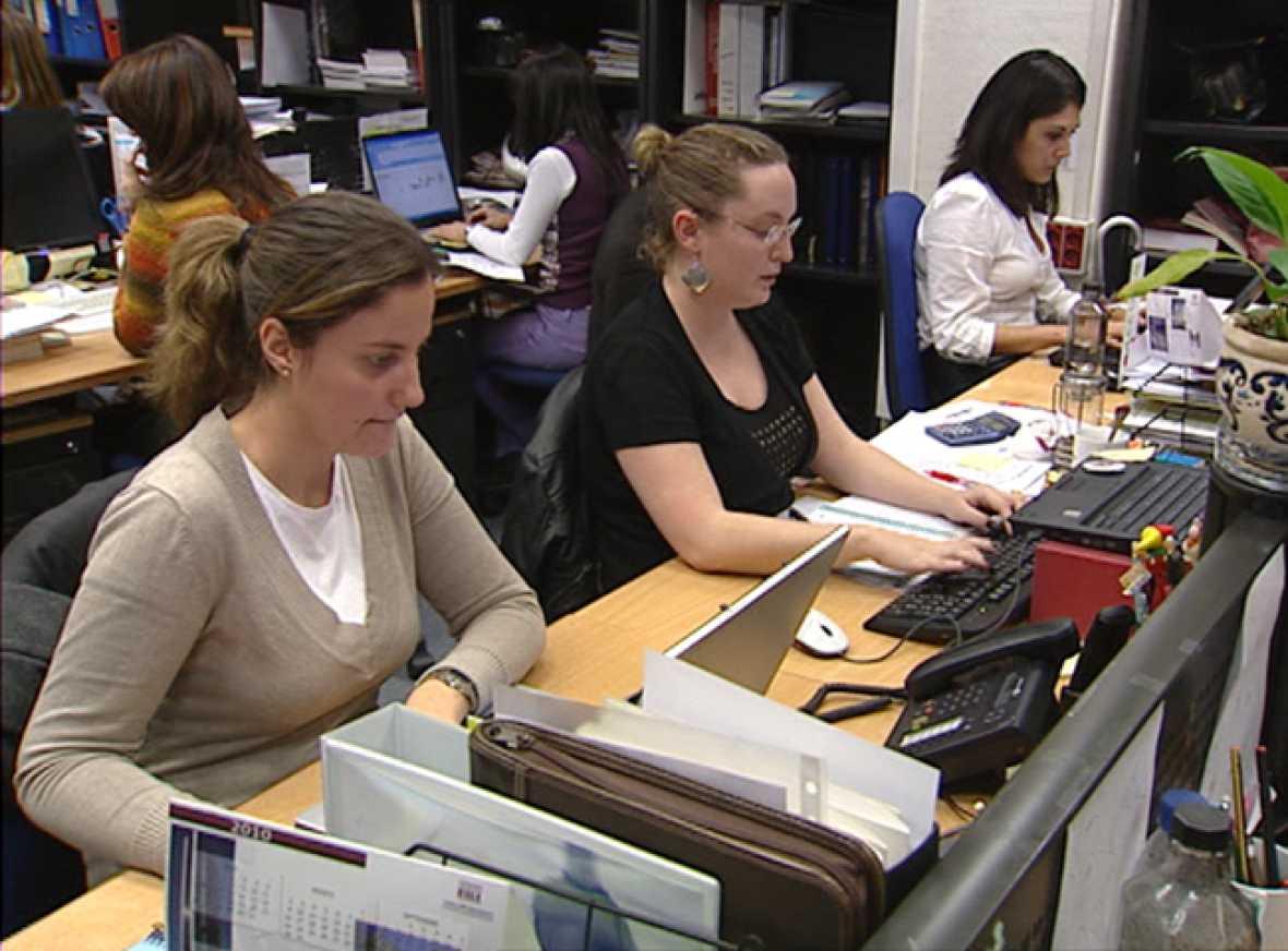 Una mujer tiene más posibilidades de tener un empleo precario
