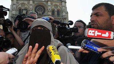 La policía francesa ha arrestado a tres mujeres con velo islámico -una con burka, otra con niqab y la tercera con hiyab- cuando participaban en una manifestación en París