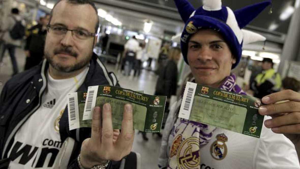 Igual que los aficionados culés, miles de seguidores del Real Madrid han llegado hasta Valencia para presenciar la final de Copa del Rey entre su equipo y el FC Barcelona.