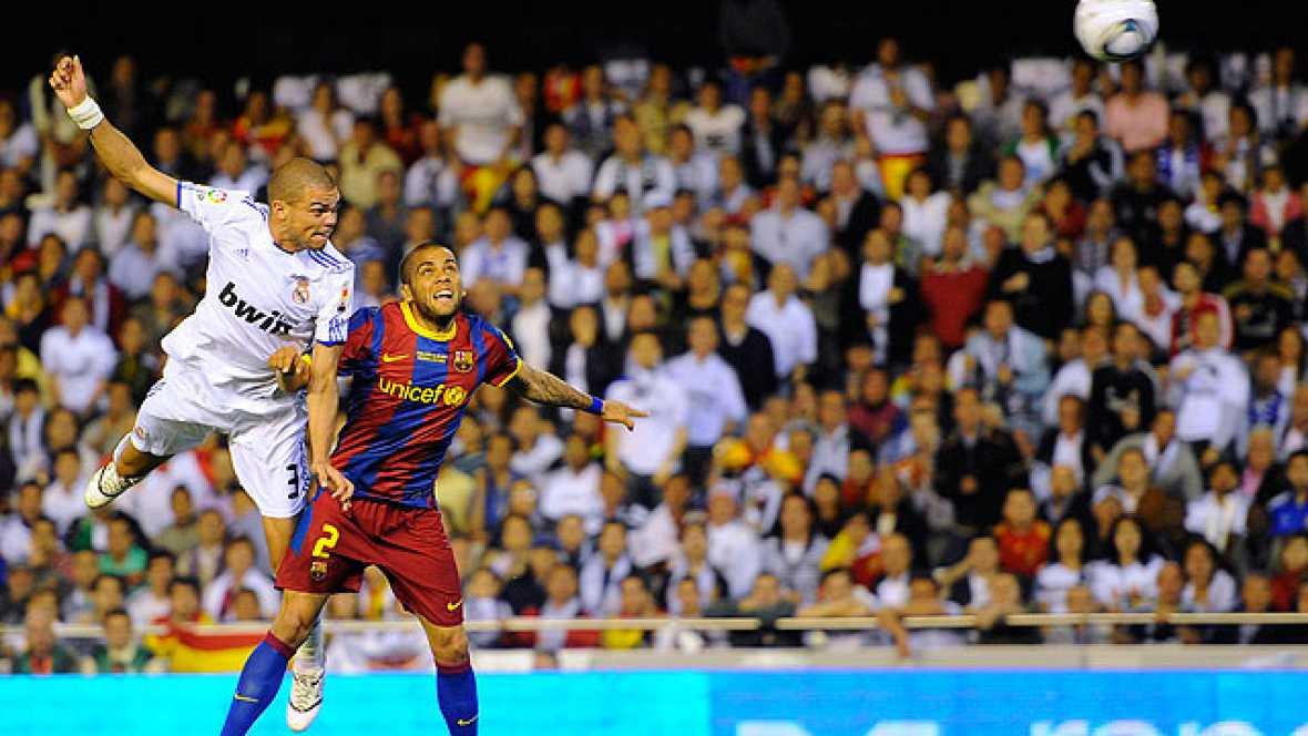 El jugador portugués del Real Madrid Pepe ha rematado de cabeza contra el poste derecho de Pinto tras un gran pase de Özil desde la banda derecha. Llegó en el minuto 44 y fue la mejor ocasión en toda la primera parte del partido.