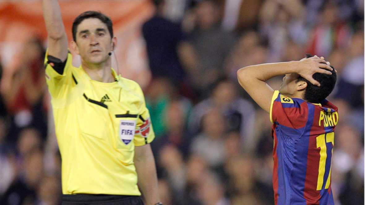 El delantero del Barça recibe en posición adelantada el pase de Messi y su gol no tiene validez