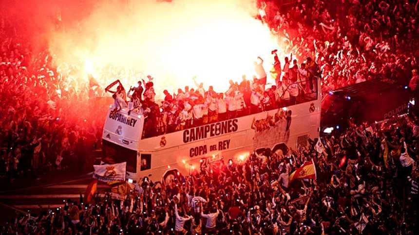 Los madridistas celebran la Copa del Rey  en Cibeles 18 años después