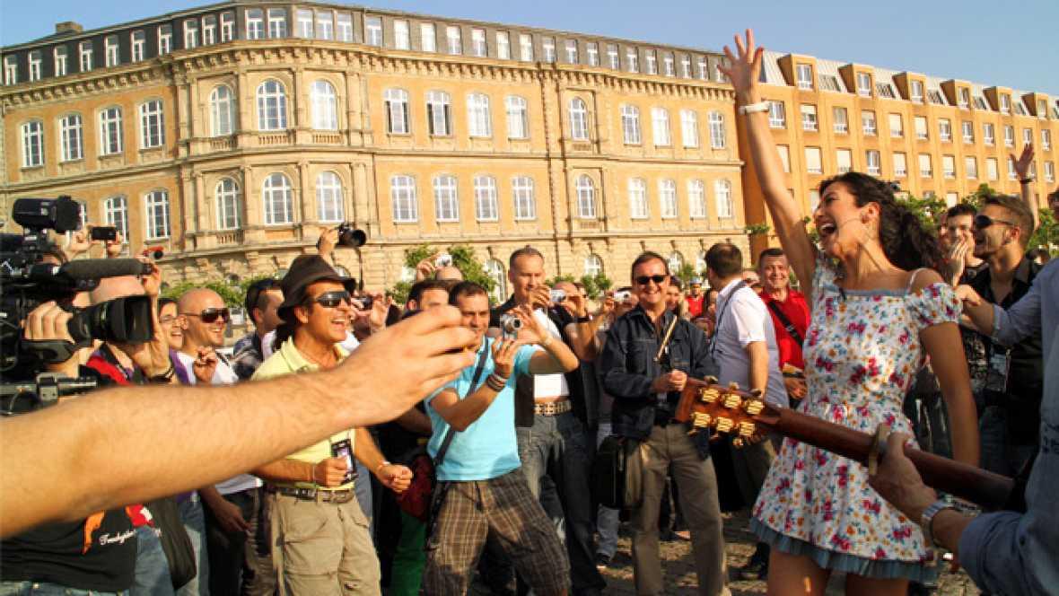Lucía Pérez ha paseado por las calles de Düsseldorf, una visita que culminó a las orillas del Rin, en donde la cantante conoció a los eurofans españoles que ya están en Düsseldorf.