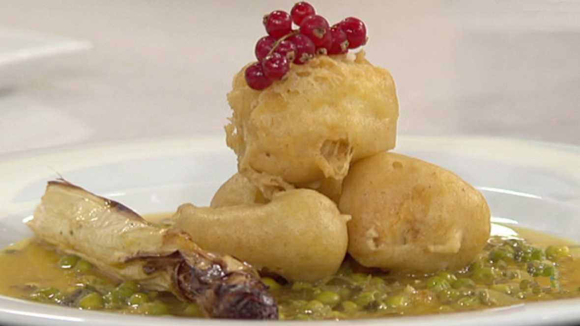 Buñuelos de pescadilla con salsa verde y espárragos asados