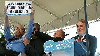 Un antitaurino interrumpe a Mayor Oreja en un mitin