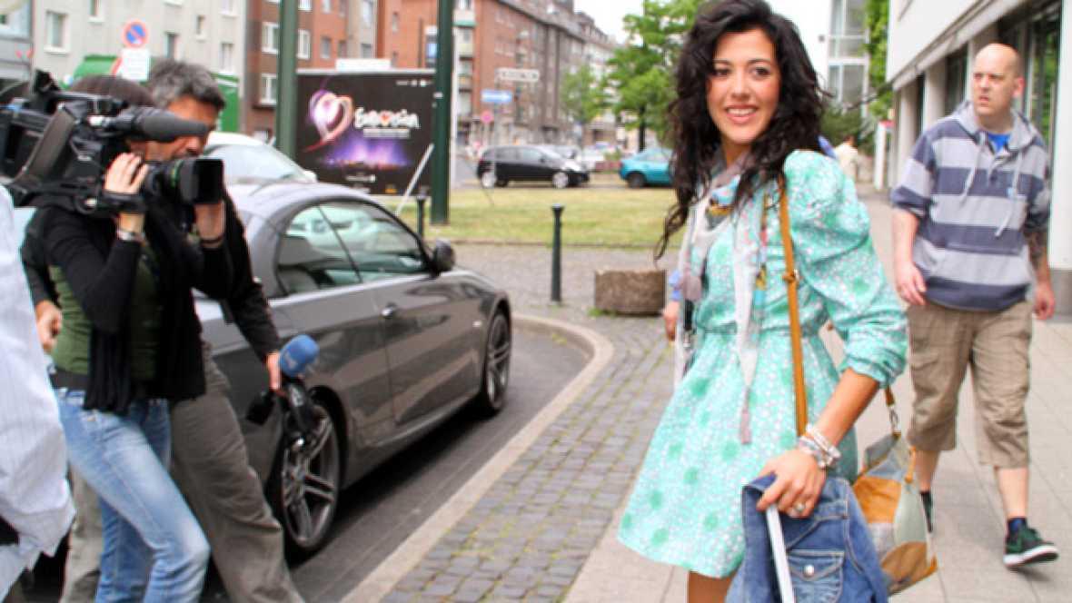 """Acompañamos a Lucía Pérez en el que será su último viaje al Düsseldorf Arena. Dentro de pocas horas la cantante estará en el escenario representando a España en el Festival de Eurovisión 2011 con la canción """"Que me quiten lo bailao"""". A su salida del"""