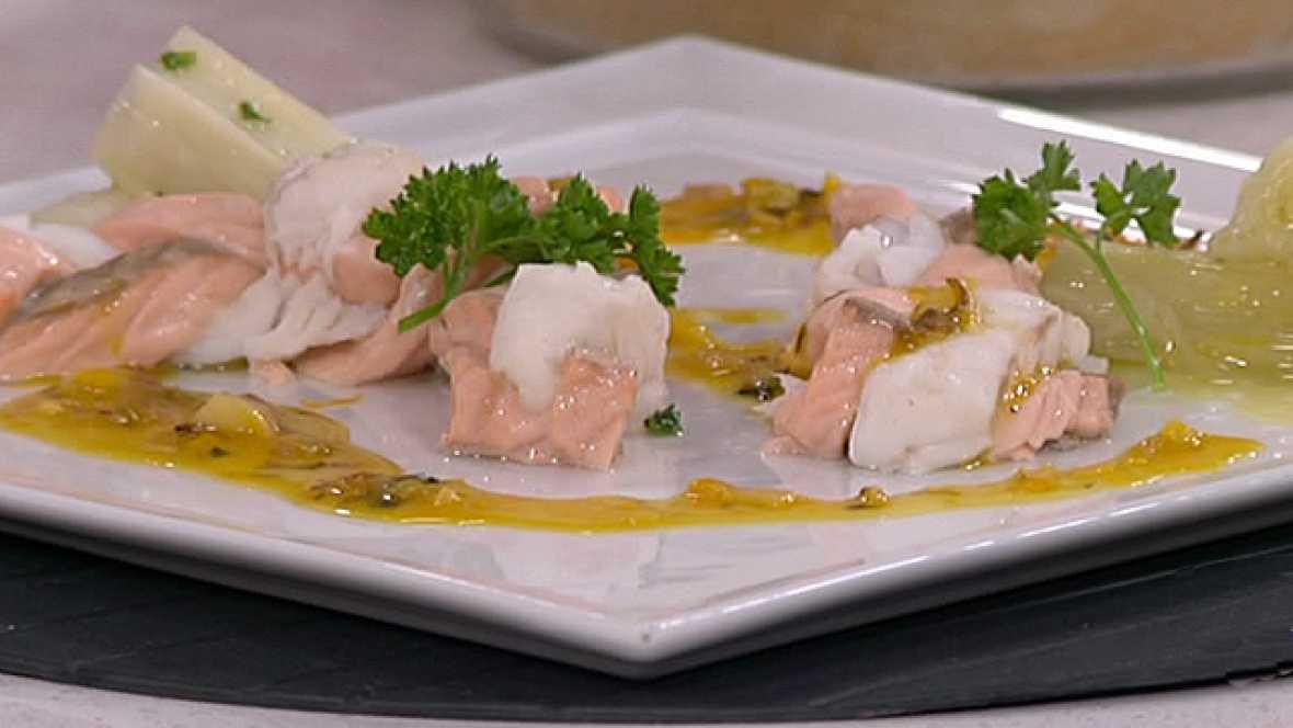Trenza de pescadilla y salmón fresco en salsa de naranja