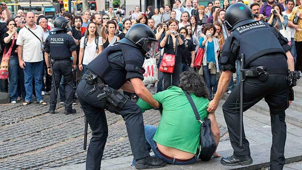Los Mossos d'Esquadra intentan desalojar la plaza de Cataluña por la fuerza