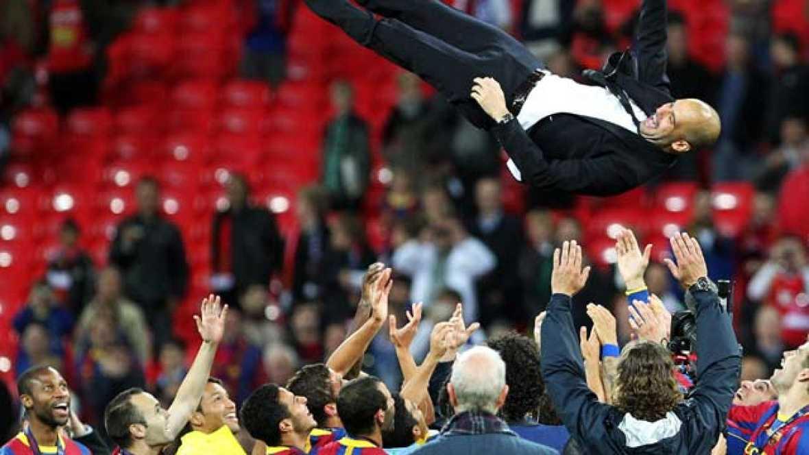 """El FC Barcelona ha celebrado a lo grande su cuarta Copa de Europa. Los jugadores y el cuerpo técnico se han echado al césped de Wembley con la """"Orejuda""""."""
