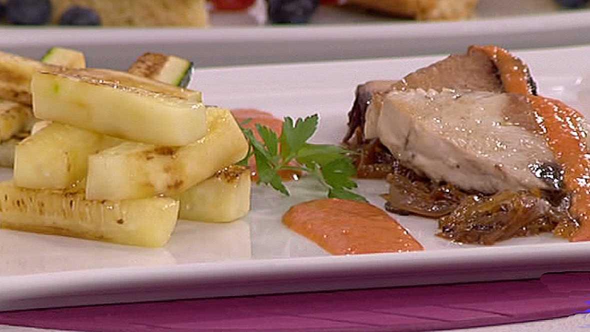 Atún con salsa romescu con pepino a la plancha