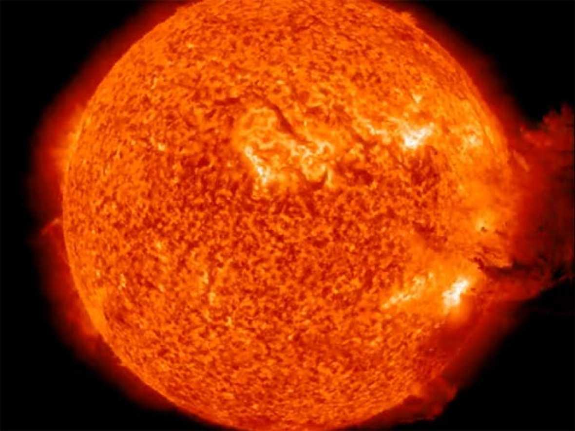 Una nueva explosión solar de grandes dimensiones ha sido captada por el Observatorio Solar Dinámico de la NASA. De acuerdo a la NASA, la explosión llegó tras una tormenta solar menor y una espectacular expulsión de masa con forma de hongo, que al c
