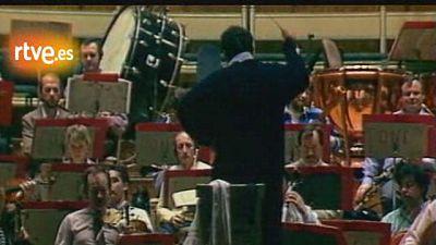 Dirige la Philharmonia de Londres