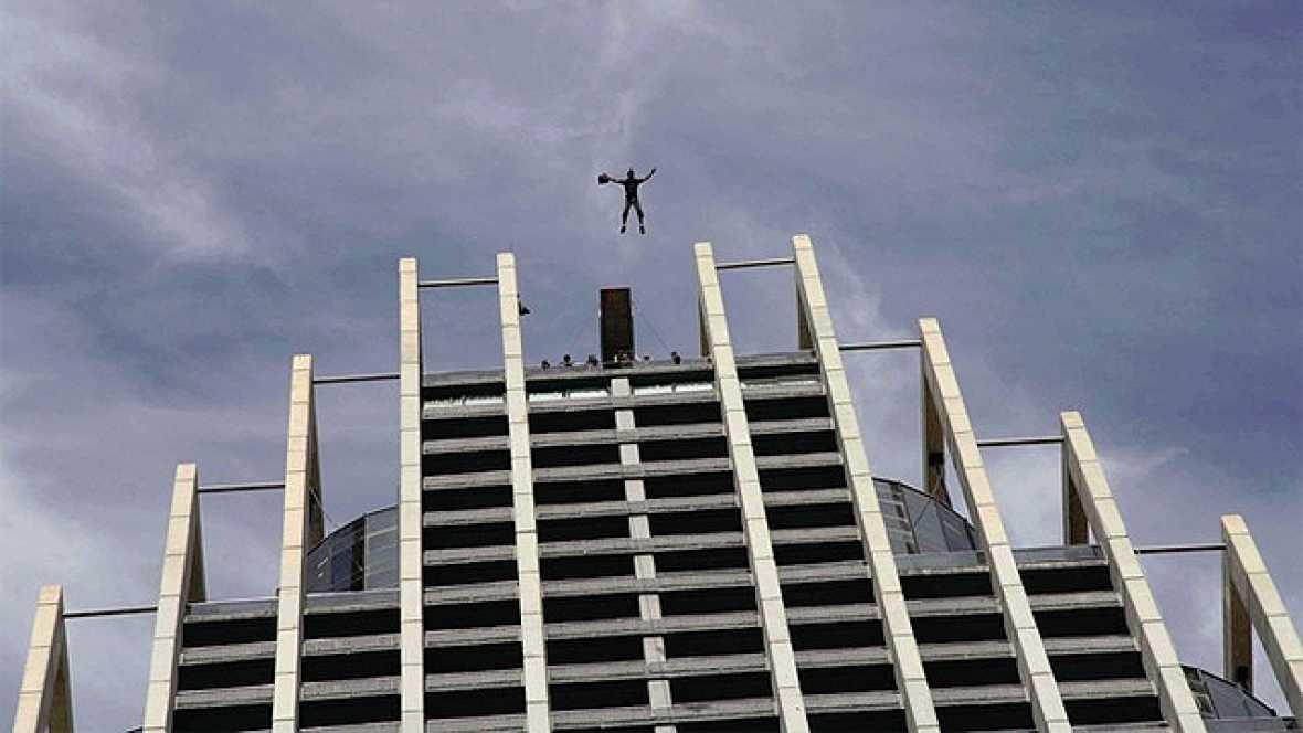 Salto al vacío de Giancarlo Di Vito uno de los mejores y más veteranos expertos en lo que se conoce como saltos BASE. El Mundial se está disputando aquí en España concretamente en el Hotel Bali de Benidorm, el edificio más alto de España y el Hotel m
