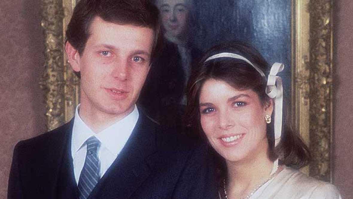 Tras divorciarse de Philippe Junot, su primer marido, Carolina de Mónaco vuelve a encontrar el amor de la mano del multimillonario italiano Stefano Casiraghi. La princesa se casó por lo civil el 29 de diciembre de 1983 en el Palacio Grimaldi ya emba