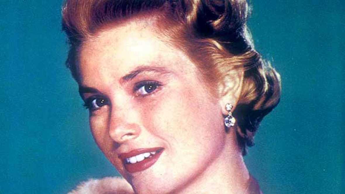 El 14 de septiembre de 1982 Grace Kelly perdía la vida en una accidente de coche. La princesa y su hija pequeña Estefanía regresaban a Mónaco desde Niza por una carretera estrecha al filo de la Costa Azul