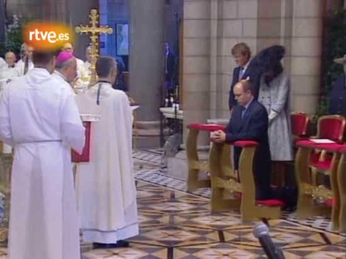 Tres meses después de la muerte de su padre, como mandan los cánones monegascos en cuanto al luto, Alberto de Mónaco ha sido entronizado en una ceremonio religiosa. El acto ha sido concebido como un encuentro entre el príncipe y su pueblo, con actos