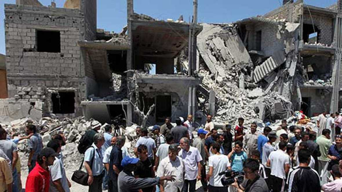 El gobierno de Gadafi ha acusado a la OTAN de matar a 15 personas en un bombardeo al oeste de Trípoli. La Alianza reconoce que ha realizado un ataque en esa zona pero mantiene que iba dirigido contra un centro de mando y control del ejército del rég