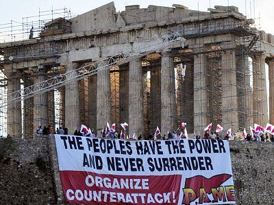 Un grupo de militantes comunistas han entrado en la Acrópolis anunciando un 'contraataque' si se aprueban los nuevos ajustes que debate esta semana el Parlamento.