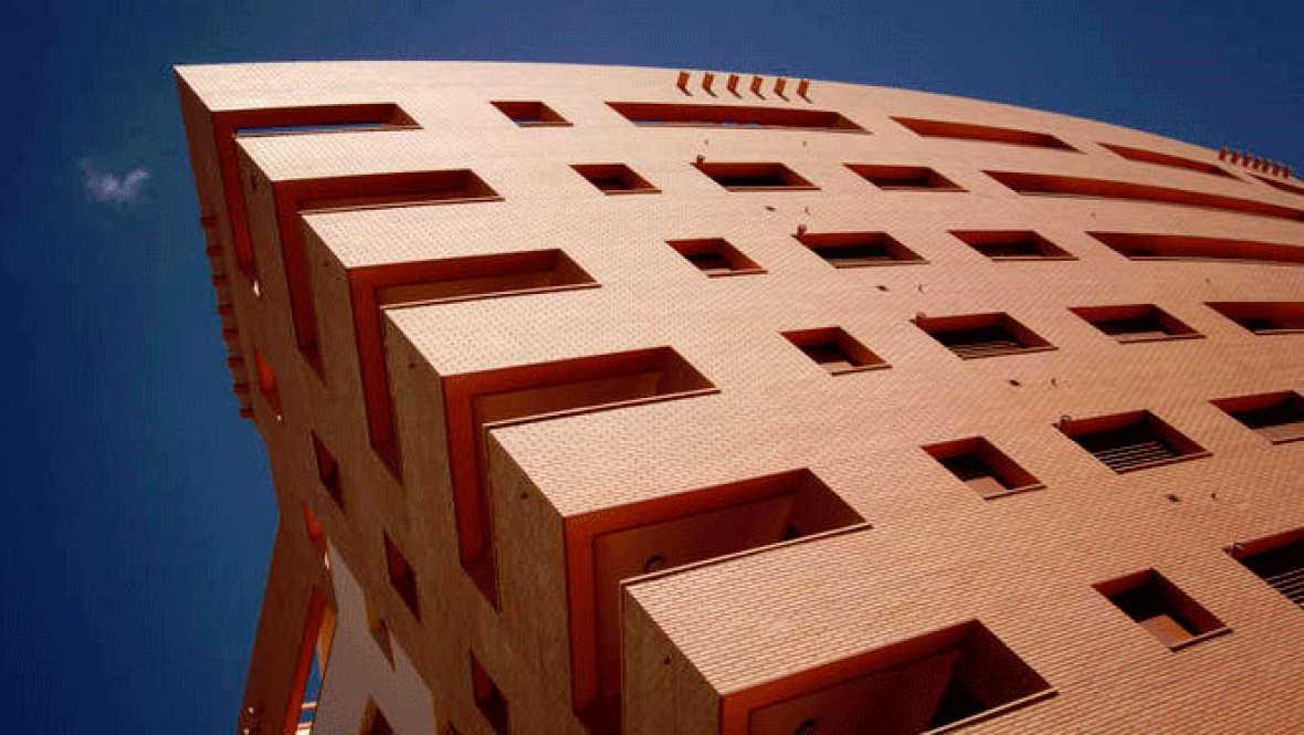 El euríbor a 12 meses, el indicador más utilizado en España para calcular las hipotecas, terminó en junio con su tasa mensual situada en el 2,144%, lo que supone su primera caída en el año, aunque encarecerá las cuotas de estos préstamos en más de 7