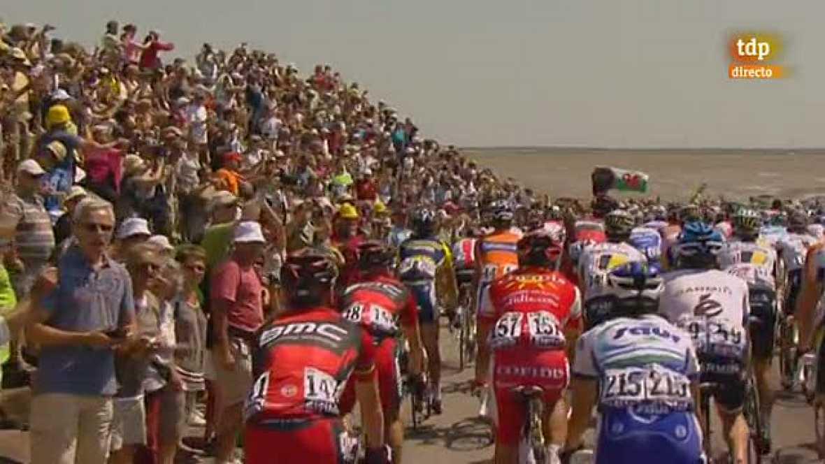 El famoso Passage du Gois ha acogido el comienzo de la 98ª edición del Tour de Francia y el pelotón ha superado el paso de manera neutralizada. No ha habido sustos ni caídas, tan solo hemos visto unas imágenes espectaculares.