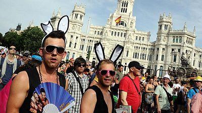 Centenares de miles de personas han salido a  las calles de Madrid en un ambiente festivo para celebrar el Orgullo Gay.