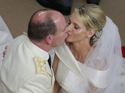 """Tras el enlace civil, el príncipe Alberto de Mónaco y la princesa Charlene se dan el segundo """"sí quiero"""" en una ceremonia religiosa en el Palacio Grimaldi."""