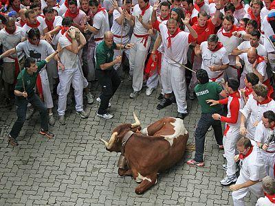 Los partores Fran Itarte y Miguel Reta  explican la carrera de la ganadería de Torrestrella, una carrera limpia y sin incidentes en el primero de los encierros de San Fermín 2011.