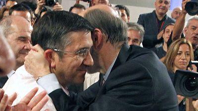 Compañeros, militantes y simpatizantes del PSOE apoyan a Rubalcaba