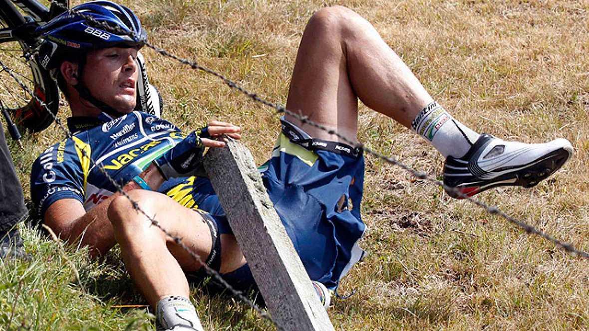 A 36 kilómetros para la meta ocurrió el peor accidente de la etapa cuando un coche golpeaba al español Flecha y al holandés Hoogerland cuando estaban en plena escapada. El coche intentaba esquivar un arbol y se echaba encima de los dos ciclistas con