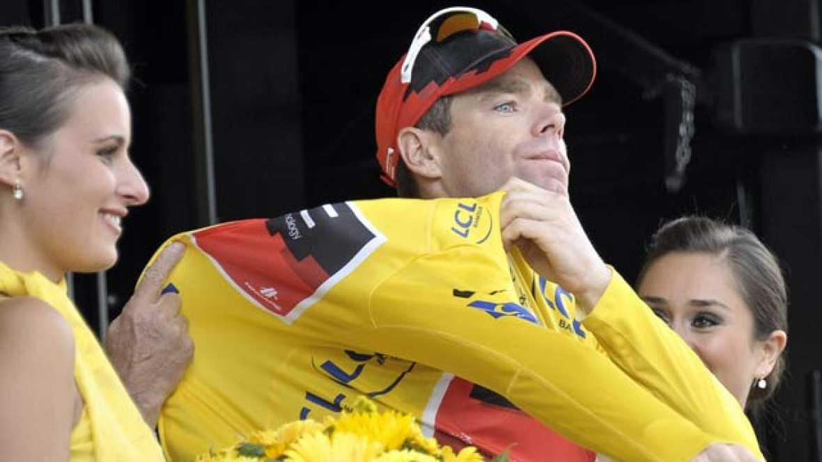 Cadel Evans se convertirá en el primer australiano que suba a lo más alto del podio de París. En la última contrarreloj, le ha ganado el Tour a Andy Scheck. Los hermanos Schelck le acompañarán, eso sí, en el podio. Contador acaba esta edición quinto