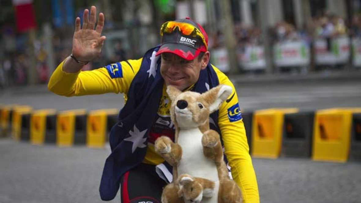 El Tour de Francia corona en París a Cadel Evans, junto a los hermanos Schleck. Samuel Sánchez se vestirá con el maillot de campeón de la montaña. Mark Cavendish logró su quinta victoria en la meta de los Campos Elíseos.