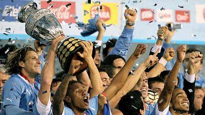 Uruguay, la primera campeona del mundo de fútbol, puede decir orgullosa que desde ayer es también la selección que más veces ha ganado la Copa América, 15... Por fin marcó Forlán. No lo había hecho con su selección en el último año.