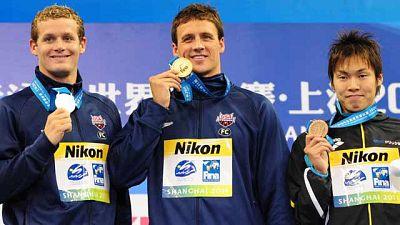 El nadador estadounidense Ryan Lochte se ha reafirmado como el rey  de los Mundiales de natación que de Shanghai y se ha colgado su quinta medalla de oro tras conquistar  la prueba de 400 metros estilo. Con este oro, su duodécimo en unos Mundiales, L