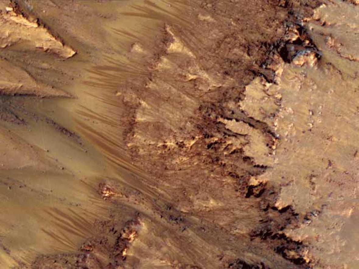 La NASA anuncia el hallazgo de una posible presencia de agua salada en Marte