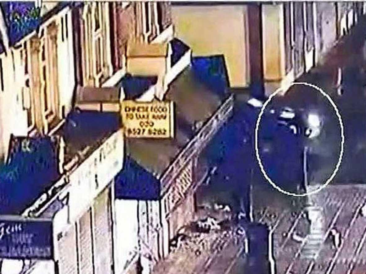 Las últimas imágenes sobre los disturbios en Londres muestran cómo un policía es atropellado durante las protestas de la pasada semana.