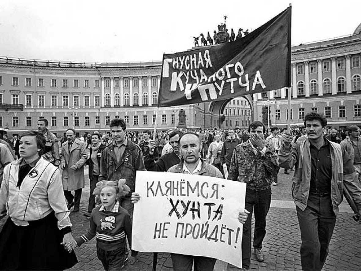 Decenas de miles de personas presionan a los golpistas en las calles de Moscú