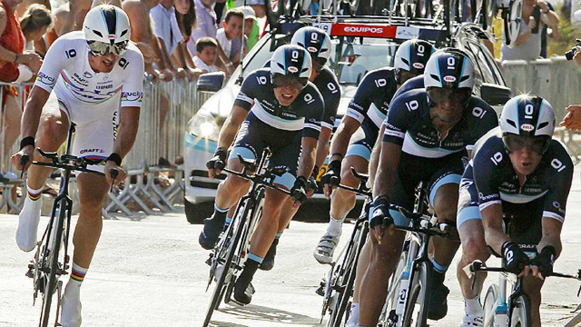 El danés Jakob Fuglsang, que cruzó la meta al frente del equipo Leopard Trek, se enfundó la primera camiseta roja de líder de la Vuelta ciclista a España, en cuya primera etapa, una contrarreloj por equipos de 13,5 kilómetros, se impuso la formación